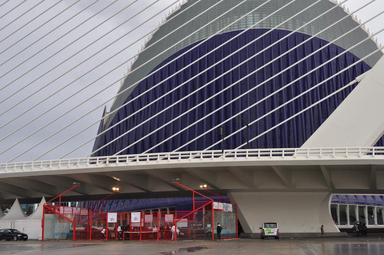 Manzasport instala una pista de pádel portátil en el Ágora de la Ciudad de las Artes y las Ciencias de Valencia.